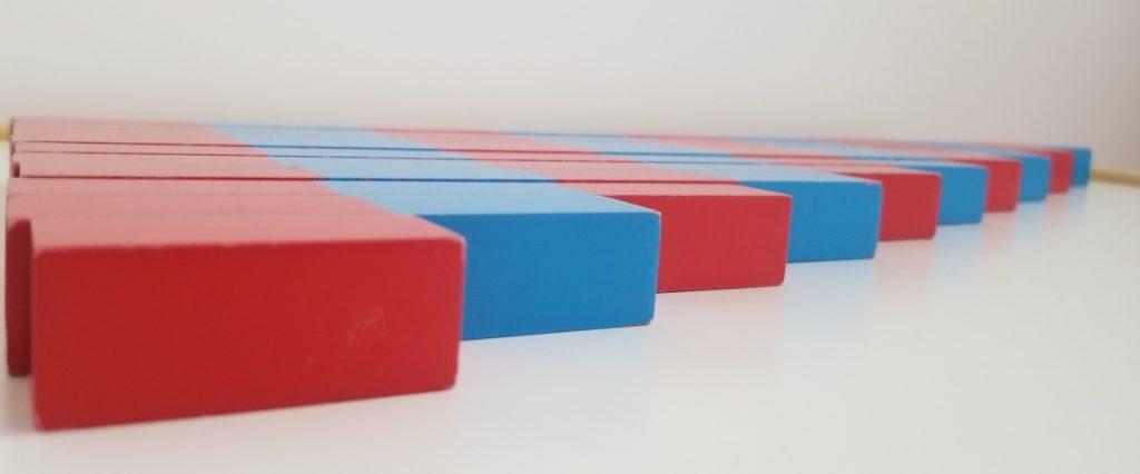 Barras rojas y azules Montessori - vista lateral