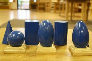 Materiales Montessori: sólidos geométricos