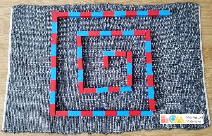 Espiral de barras rojas y azules Montessori sobre tapete
